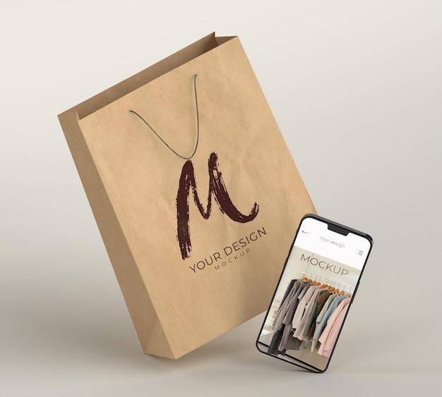 Close-up na sacola de compras com a maquete do dispositivo digital