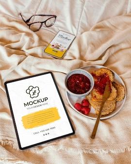 Close-up no café da manhã na maquete da cama