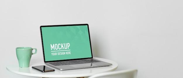 Close-up no espaço de trabalho portátil com maquete de laptop
