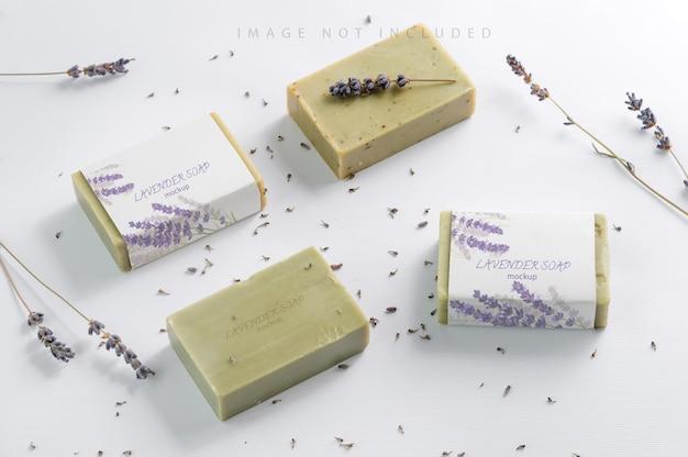 Closeup de maquete de sabonete de ervas naturais com flores de lavanda