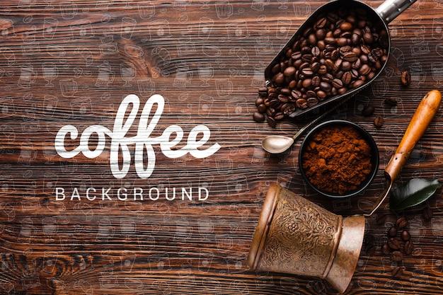 Coisas de café no fundo da mesa de madeira