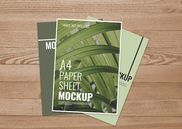 Coleção de folhas de papel sobre madeira