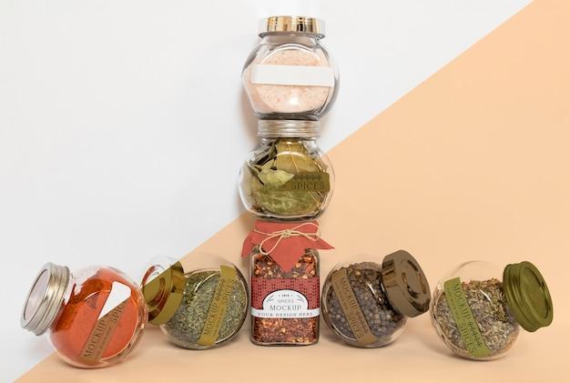Coleção de frascos de rotulagem com especiarias