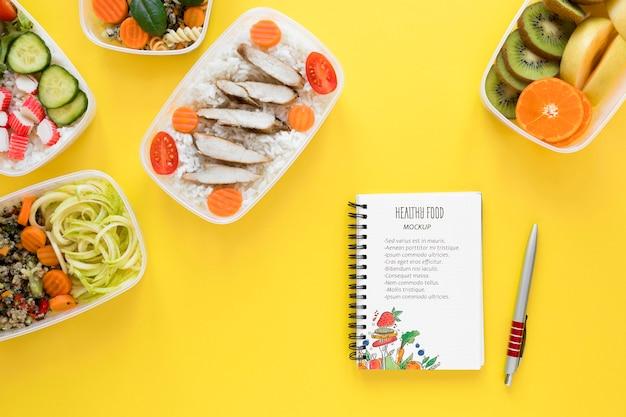 Comida saudável com maquete de notebook