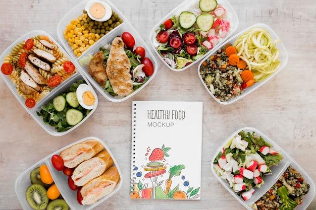 Comida saudável e maquete de notebook
