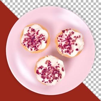 Complete a vista de três cup cake de morango na placa rosa isolada.