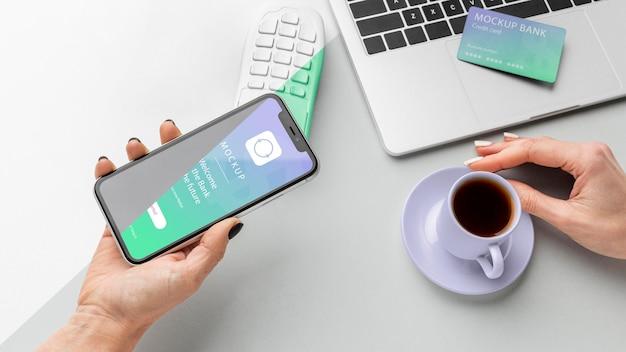 Composição com maquete de aplicativo de pagamento para smartphone