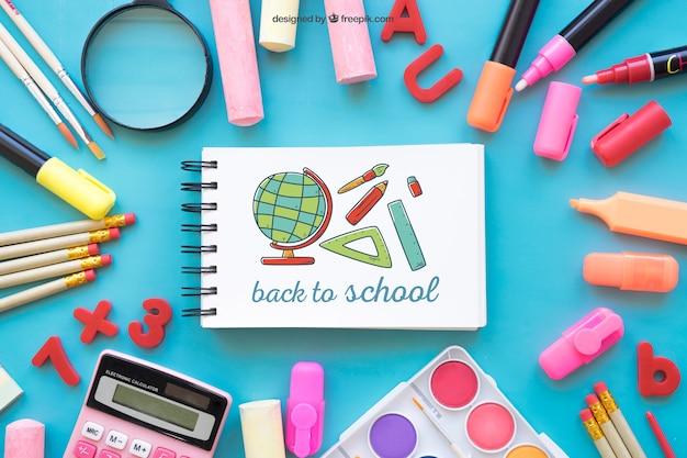 Composição criativa de volta à escola com bloco de notas horizontal
