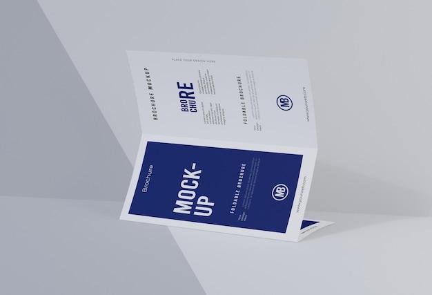 Composição da maquete do folheto isolada no branco