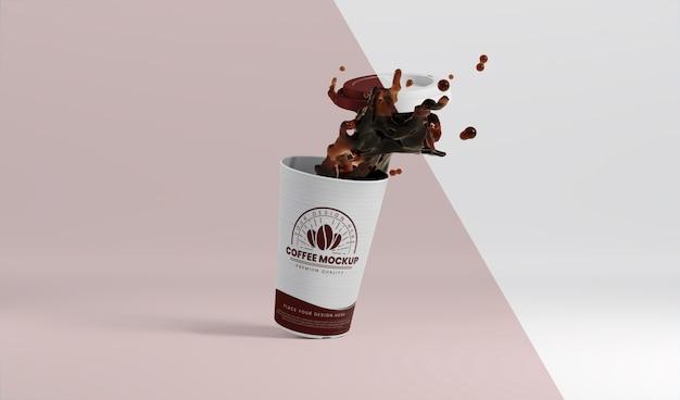 Composição da xícara de café de papel com respingos de café
