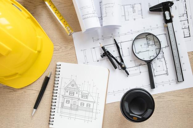 Composição de arquitetura com maquete de bloco de notas e capacete