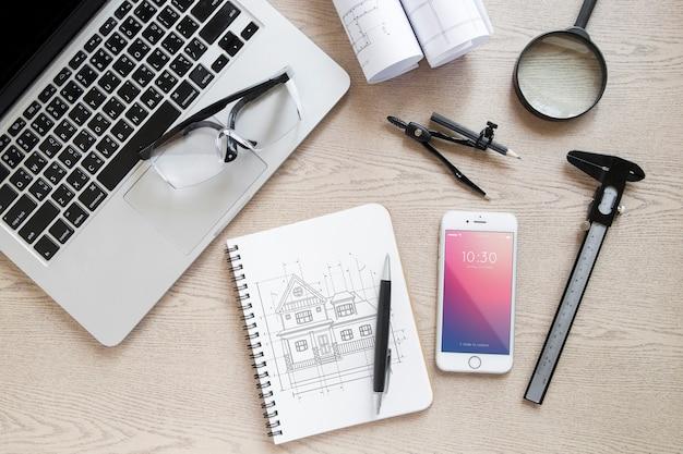 Composição de arquitetura com maquete de bloco de notas e smartphone