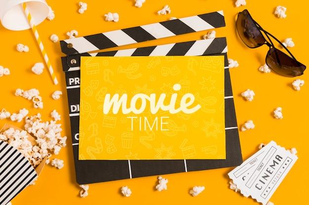 Composição de cinema plana leiga com maquete de cartão