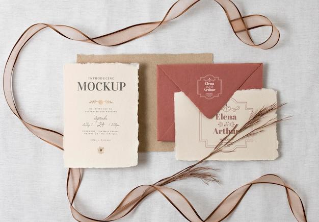 Composição de elegantes cartões de maquete de casamento