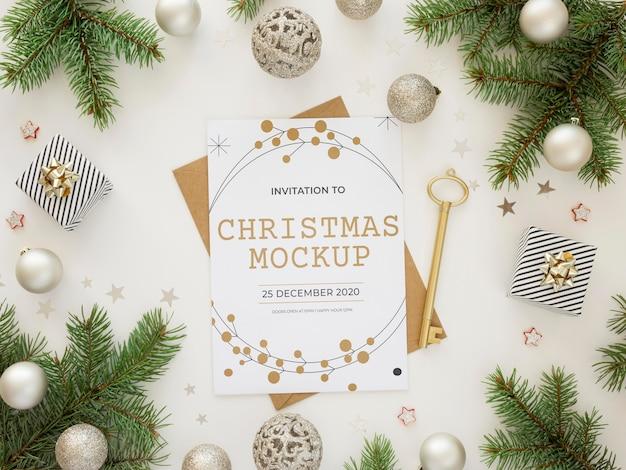 Composição de elementos de véspera de natal com maquete de cartão