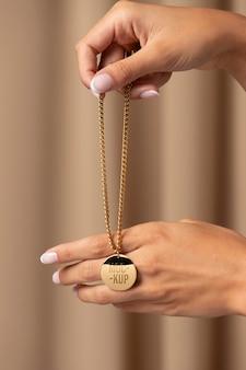 Composição de maquete de joias com pingentes elegantes