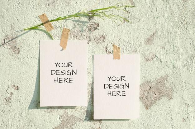 Composição de maquete de placa de humor com cartões sobre fundo grunge luz