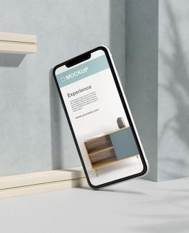 Composição de mock-up de smartphone com pedra e elementos metálicos