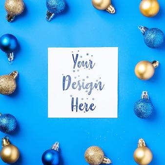 Composição de natal com espaço de cópia quadrado branco. enfeites coloridos e decorações de bugigangas. modelo de cartão de saudação de maquete