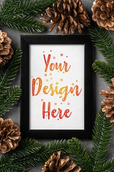 Composição de natal com moldura vazia. ornamento dourado, pinhas e decorações de agulhas de abeto. modelo de cartão de saudação simulado