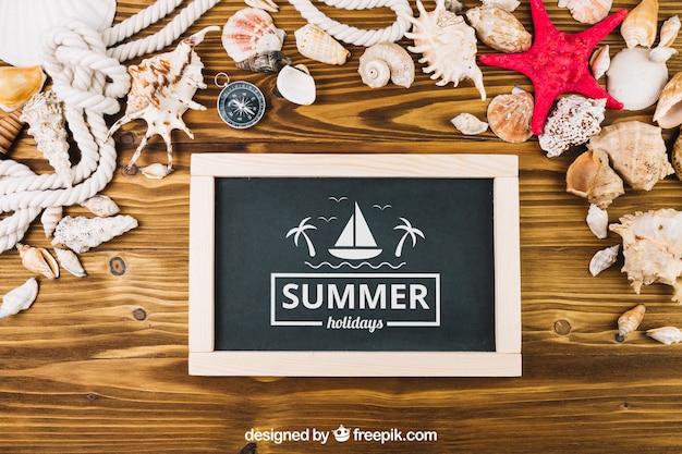 Composição de verão com ardósia e conchas