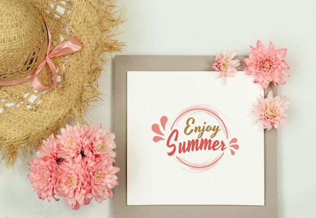 Composição de verão com chapéu de palha e flores de verão