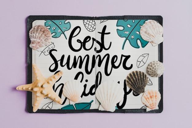 Composição de verão com livro de couro aberto