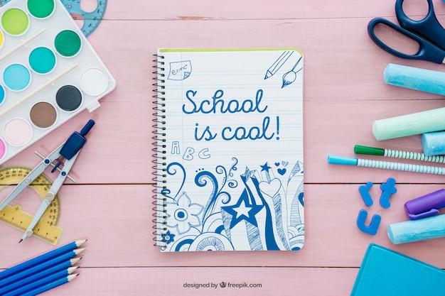 Composição decorativa de cor-de-rosa para a escola com caderno