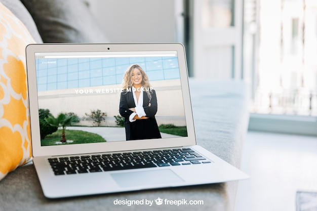Composição do espaço de trabalho com laptop moderno