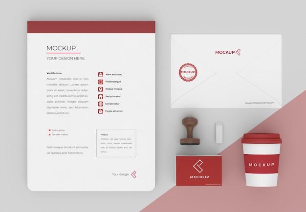 Composição minimalista de maquete de papelaria