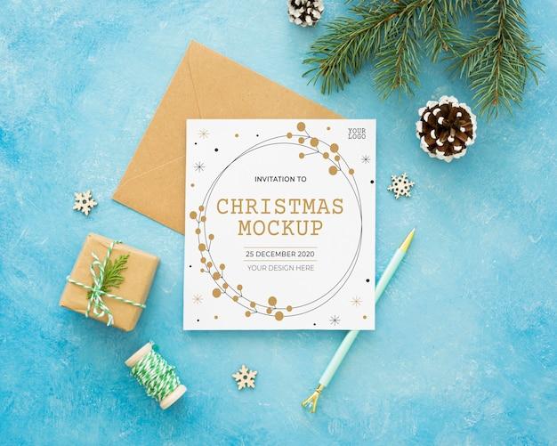 Composição para véspera de natal com cartão e envelope