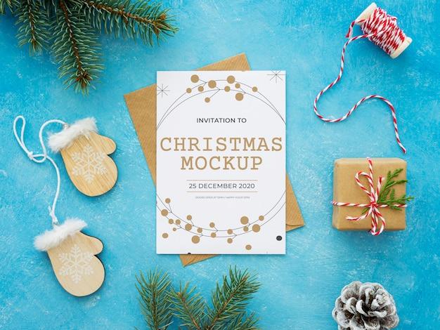 Composição para véspera de natal com maquete de cartão e envelope