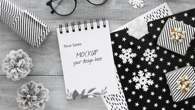 Composição plana para a véspera de natal com bloco de notas