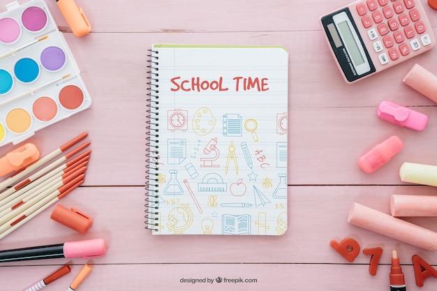 Composição rosa de volta à escola com caderno