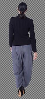 Comprimento total 40s 50s asiático lgbt mulher, cabelo preto, calça de terno preto com vista traseira isolada. mulher caminha em direção com sapatos de salto alto e trabalho inteligente sobre fundo branco