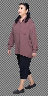 Comprimento total de 60s 70s mulher asiática idosa cabelo preto camisa roxa, caminhada e gordura inteligente, isolada. avó sênior caminhando em direção à esquerda e vira à direita sobre um fundo branco isolado