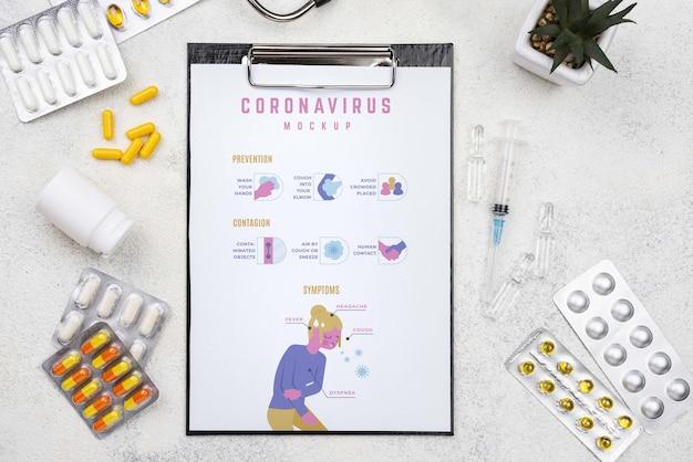 Comprimidos e prancheta na mesa médica