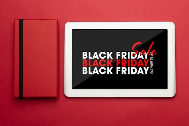 Computador tablet com maquete preta da campanha sexta-feira