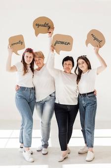 Comunidade de mulheres segurando mensagens positivas
