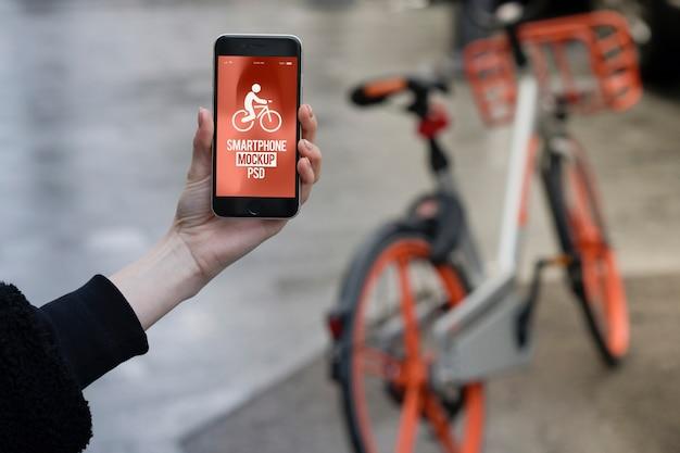 Conceito bicicleta andar mão segurando smartphone