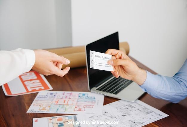 Conceito de arquiteto com maquete de cartão