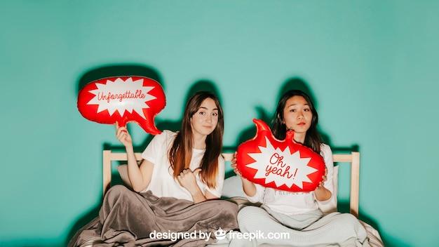 Conceito de balão de fala com mulheres na cama