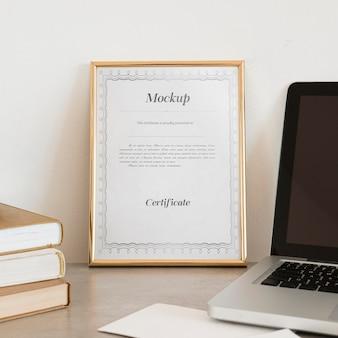 Conceito de certificado com maquete de quadro