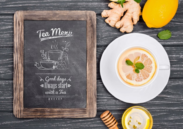 Conceito de chá na maquete da mesa de madeira
