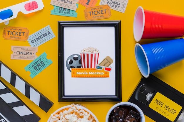 Conceito de cinema plana leiga com bilhetes