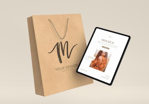Conceito de compras com tablet e bolsa