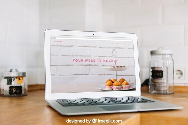 Conceito de escritório em casa com laptop na mesa