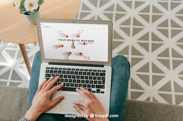 Conceito de escritório em casa com laptop