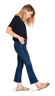 Conceito de estúdio de pose de pé feminino