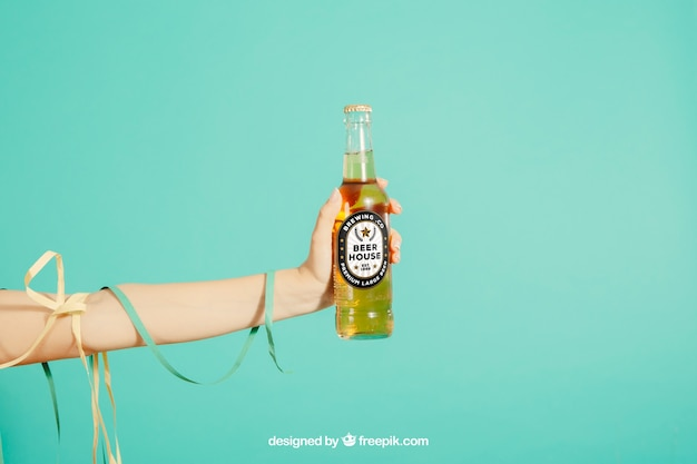 Conceito de festa com garrafa de cerveja segurando braço